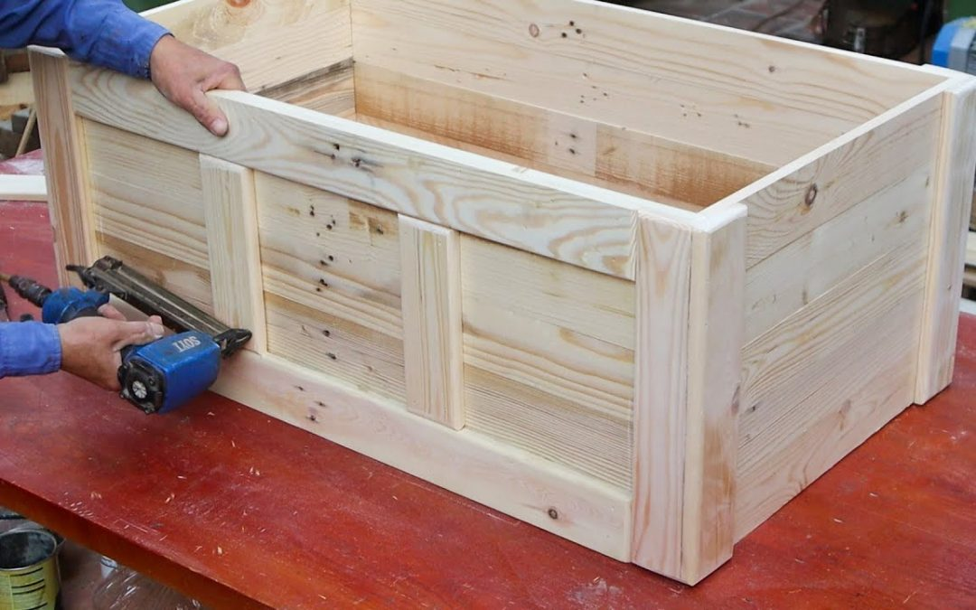 Great Idea On Pallet Woodworking Project // How to Make A Storage Chest From Recycled Wood